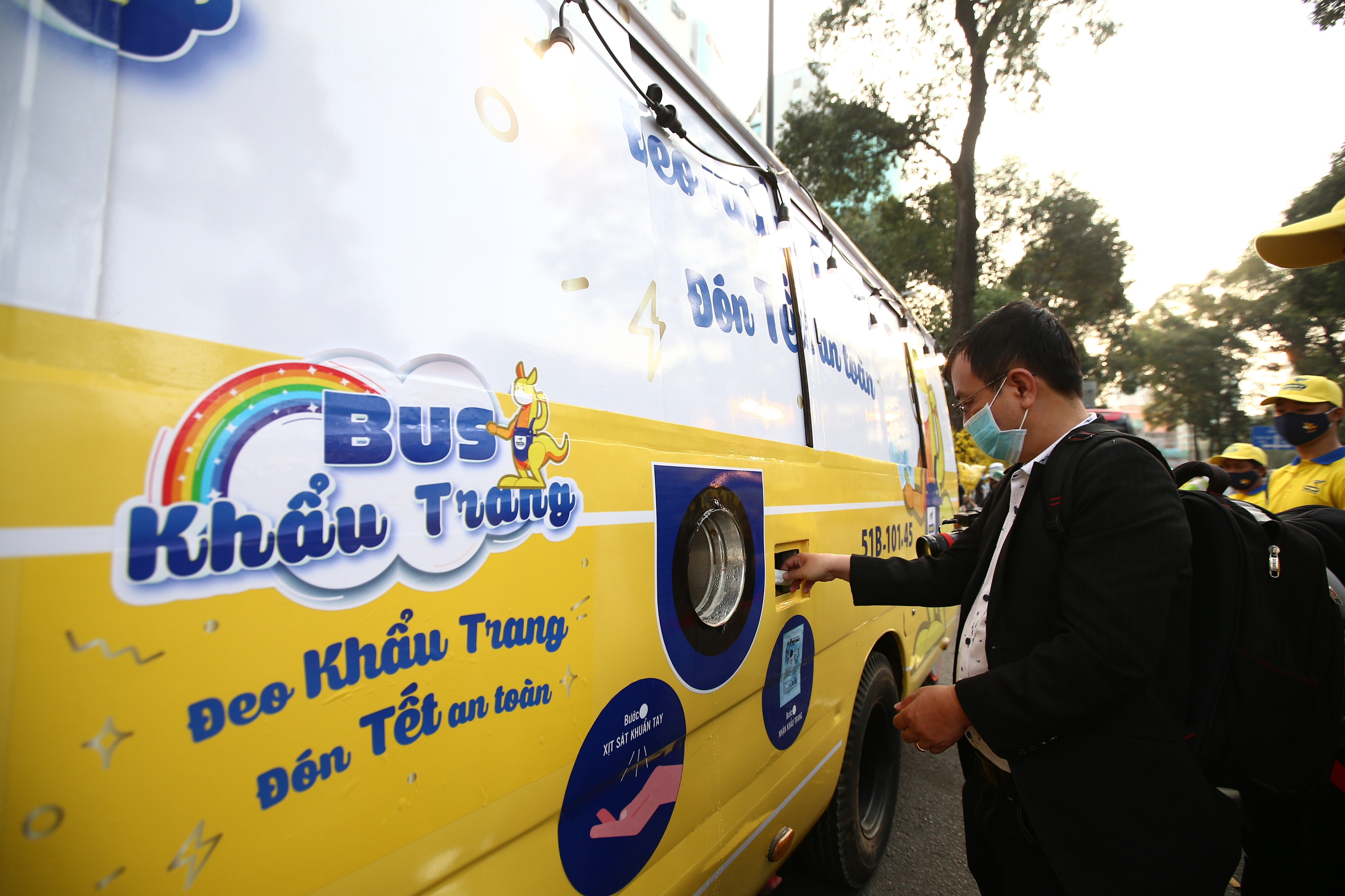 Xe buýt khẩu trang phát tự động 100.000 cái miễn phí cho người dân Sài Gòn 8
