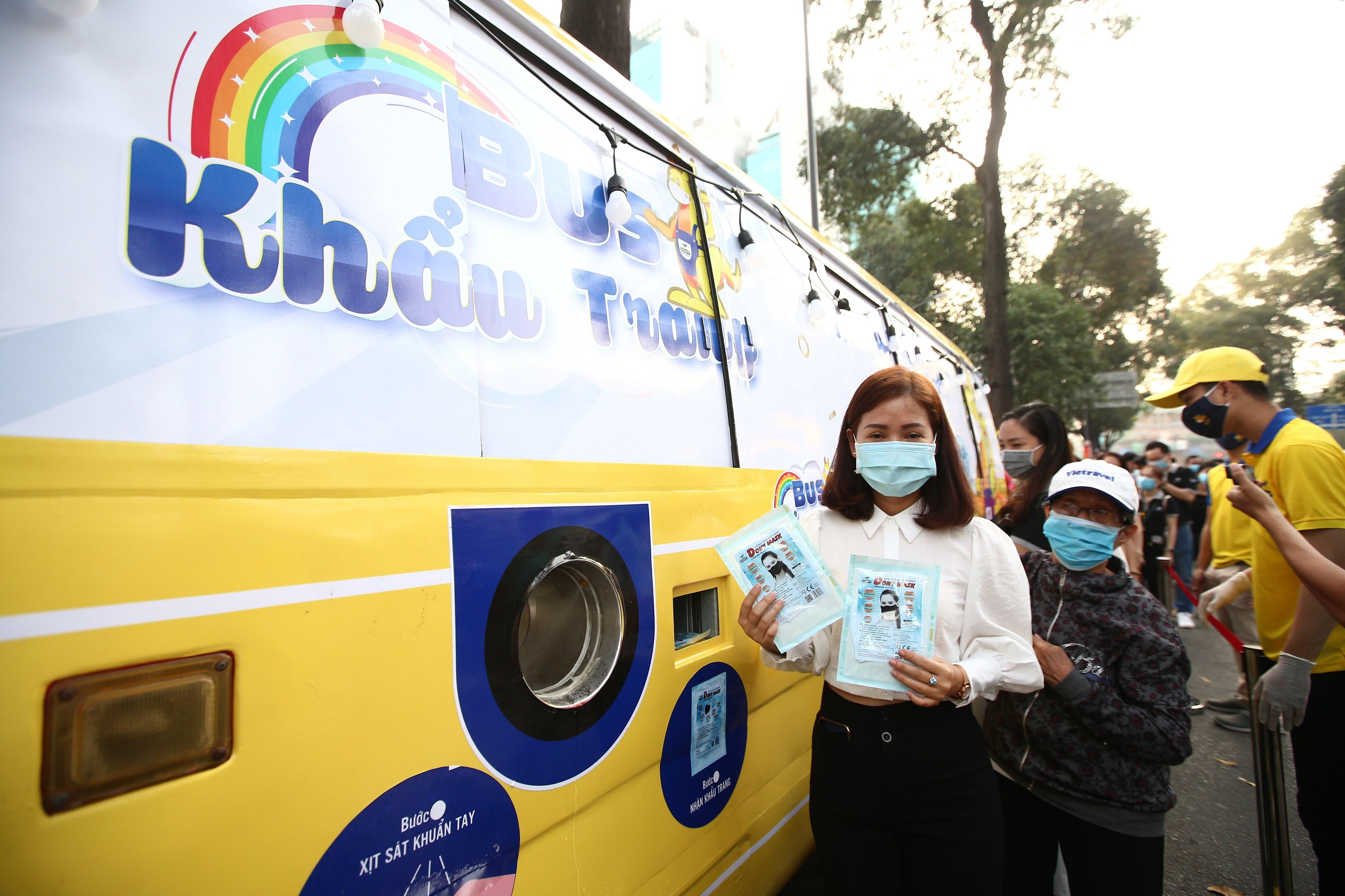 Xe buýt khẩu trang phát tự động 100.000 cái miễn phí cho người dân Sài Gòn 9