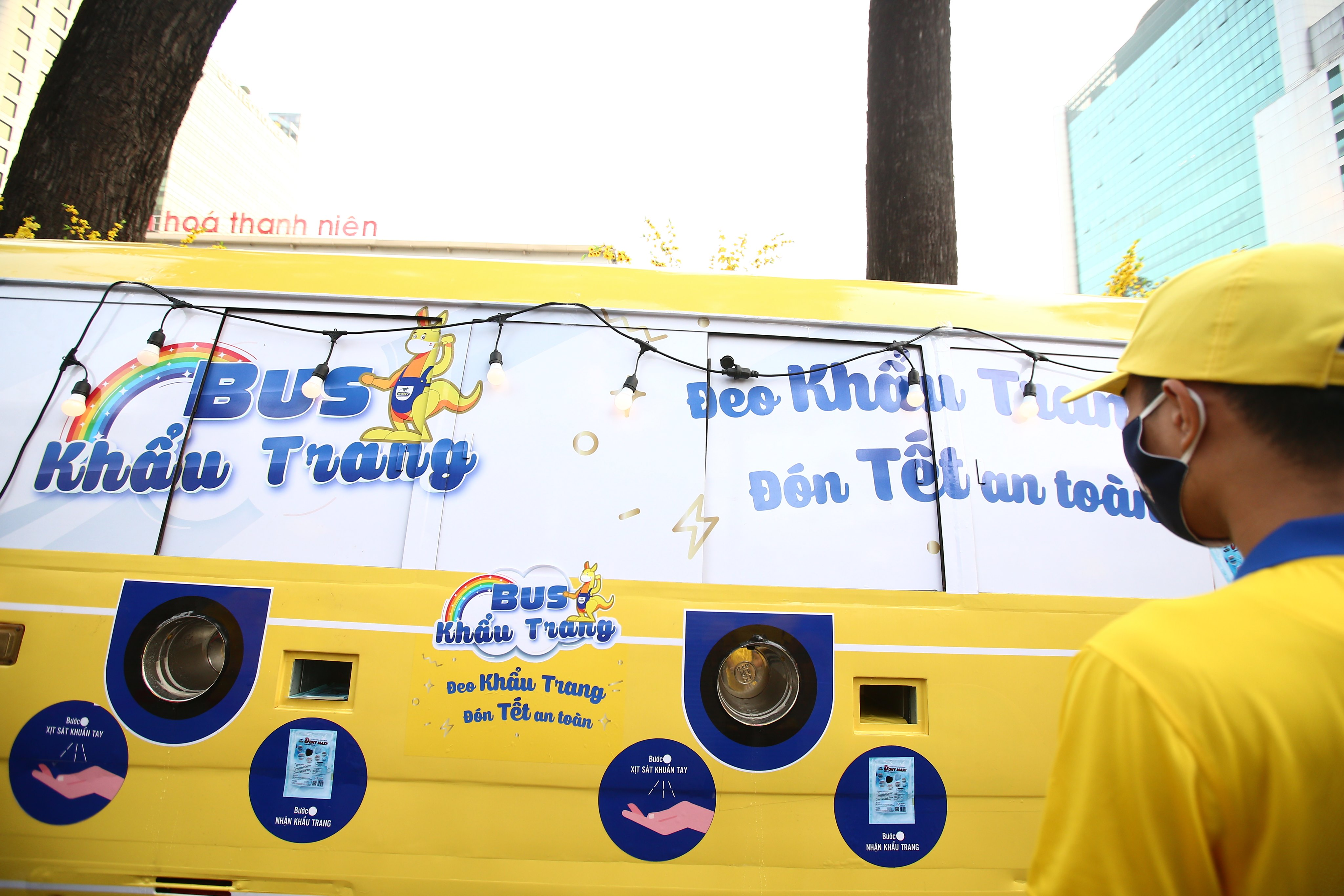Xe buýt khẩu trang phát tự động 100.000 cái miễn phí cho người dân Sài Gòn 11