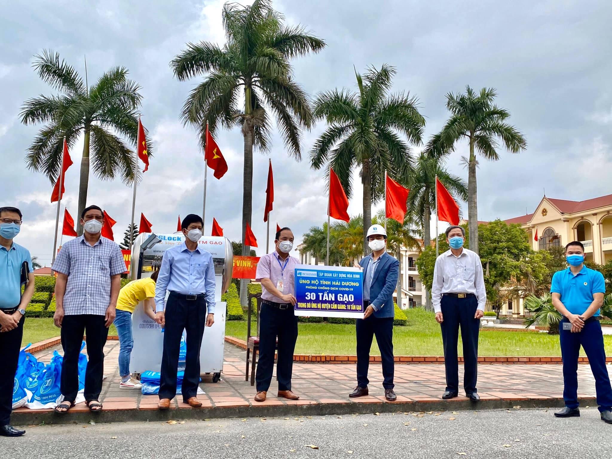 Tập đoàn Hòa Bình ủng hộ 30 tấn gạo xây ATM hỗ trợ Hải Dương 12