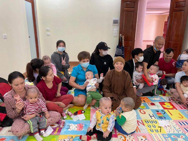 Những món quà cứu trợ ý nghĩa được trao tận tay bà con Miền trung của diễn đàn Nhà Báo và PR 14