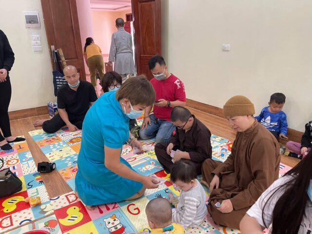 Tết ấm áp: Đầu năm, ca sĩ Doanh nhân Nguyễn Thu Trang lì xì cho trẻ mồ côi tại chùa Quang Phúc 3