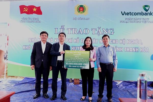 Chủ tịch HĐQT Vietcombank Nghiêm Xuân Thành (thứ 2 từ trái sang) trao 30 tỷ đồng cho đại diện Ủy ban MTTQ tỉnh Thanh Hóa để xây dựng 600 căn nhà cho hộ nghèo khó khăn về nhà ở trên địa bàn huyện Mường Lát.