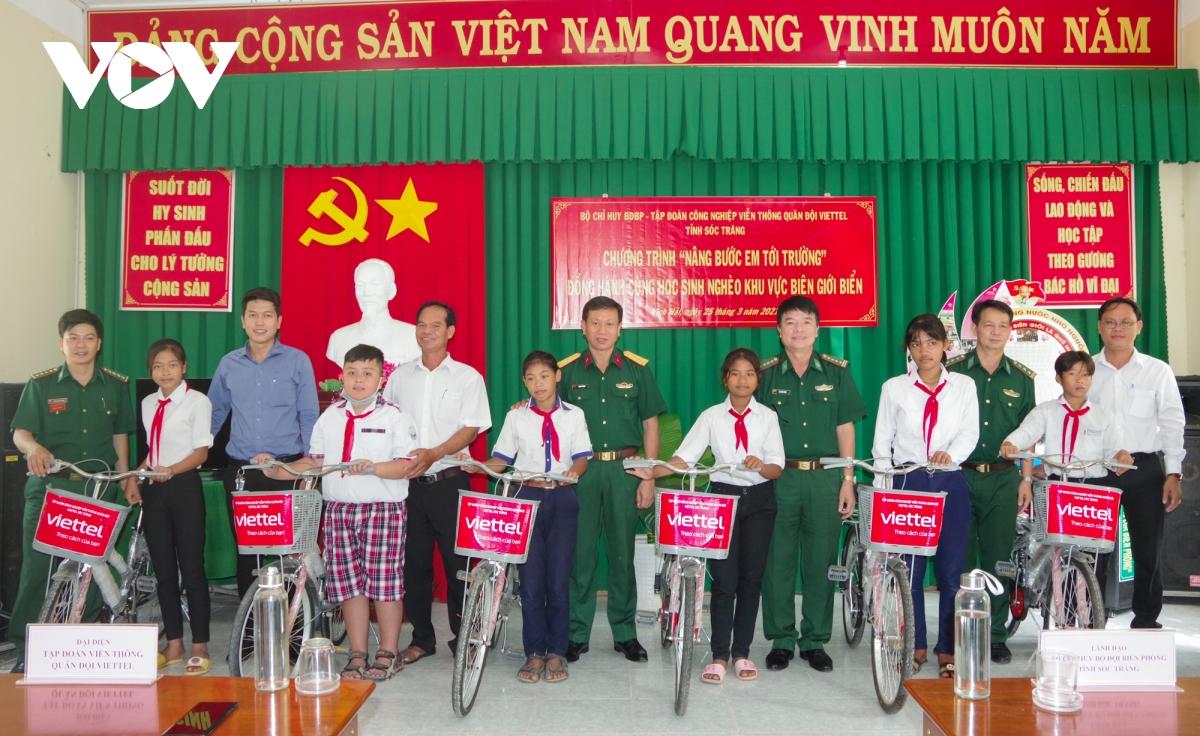 Trao tặng xe đạp cho các em học sinh Khmer nghèo ở khu vực biên giới biển tỉnh Sóc Trăng.