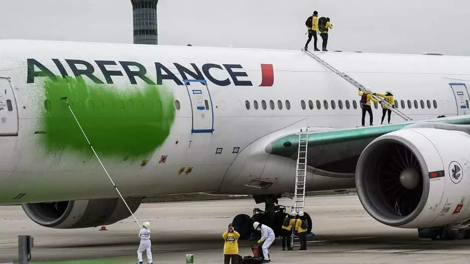 Dùng sơn bôi bẩn máy bay của Air France 12