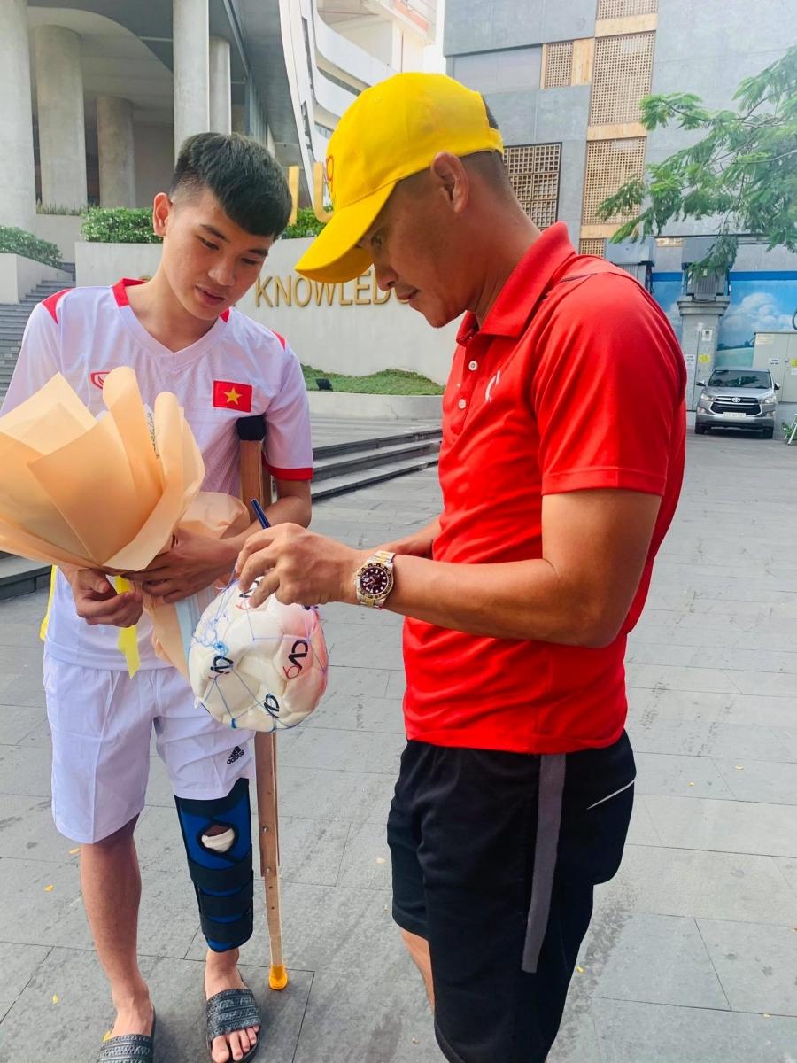 Lê Công Vinh tặng quả bóng có chữ ký cho em Trường Thịnh.