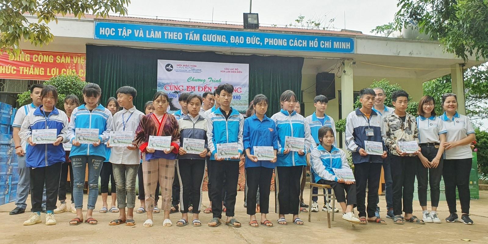 Tặng 105 phần quà cho học sinh vượt khó huyện Tủa Chùa 3