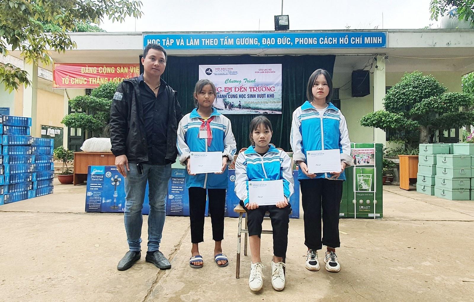 Tặng 105 phần quà cho học sinh vượt khó huyện Tủa Chùa 4