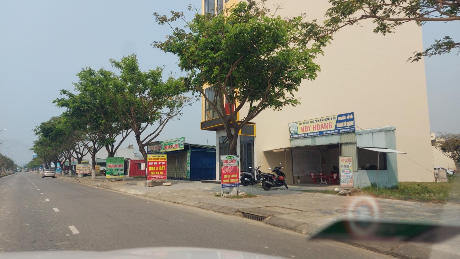 Nhiều kiốt giao dịch bất động sản rầm rộ mở cửa trở lại ở Liên Chiểu.