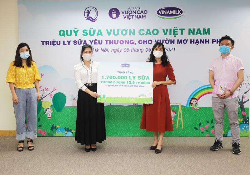 Vinamilk & Quỹ sữa vươn cao Việt Nam 2021 trao tặng 1,7 triệu ly sữa hỗ trợ trẻ em khó khăn giữa dịch Covid-19 2