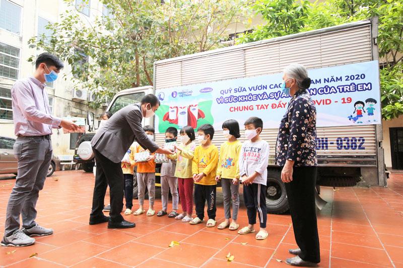 Vinamilk & Quỹ sữa vươn cao Việt Nam 2021 trao tặng 1,7 triệu ly sữa hỗ trợ trẻ em khó khăn giữa dịch Covid-19 6