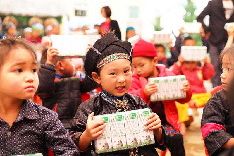 Vinamilk & Quỹ sữa vươn cao Việt Nam 2021 trao tặng 1,7 triệu ly sữa hỗ trợ trẻ em khó khăn giữa dịch Covid-19 7