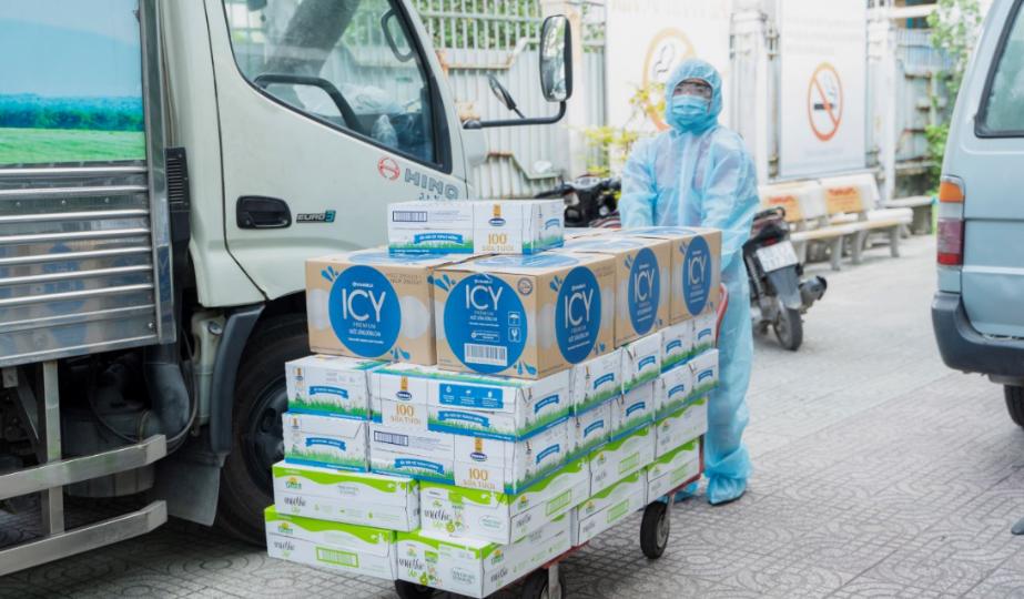 Vinamilk hỗ trợ 48.000 sản phẩm cho tổ công tác lấy, mẫu xét nghiệm của TP.HCM trong đợt dịch cao điểm 2