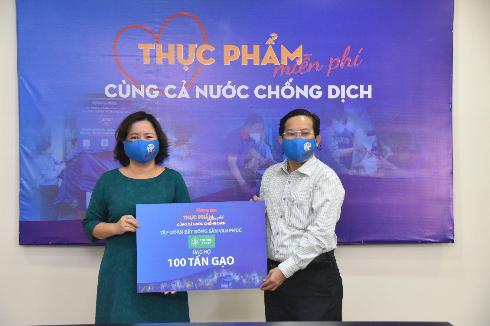 Van Phuc Group góp 100 tấn gạo, 2.000 quần áo bảo hộ cùng tuyến đầu chống dịch Covid-19 5