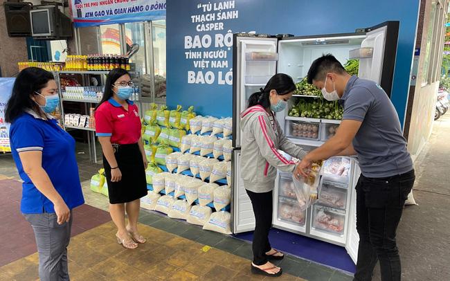 """Hàng nghìn người Sài Gòn nhận thực phẩm từ tủ lạnh """"Thạch Sanh"""" 1"""