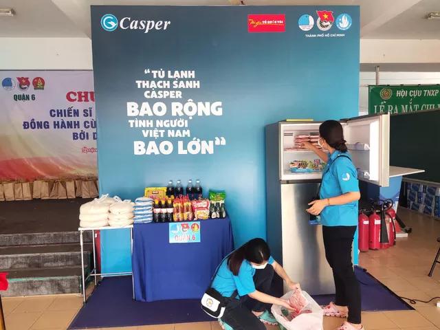"""Hàng nghìn người Sài Gòn nhận thực phẩm từ tủ lạnh """"Thạch Sanh"""" 3"""