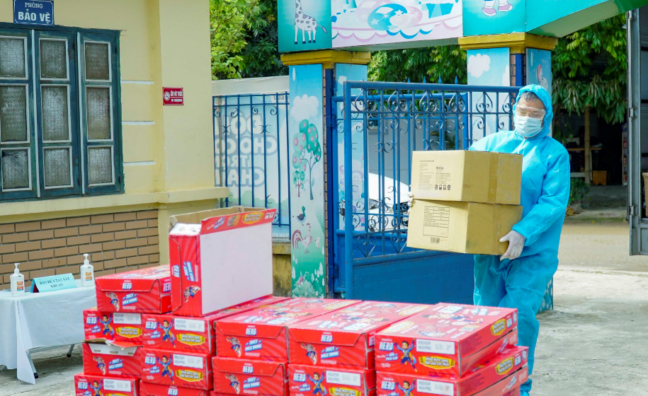"""Vinamilk Hero tặng 3.000 phần sữa và quà 1/6 cho các """"Anh hùng nhí"""" tại nhiều khu cách ly 7"""