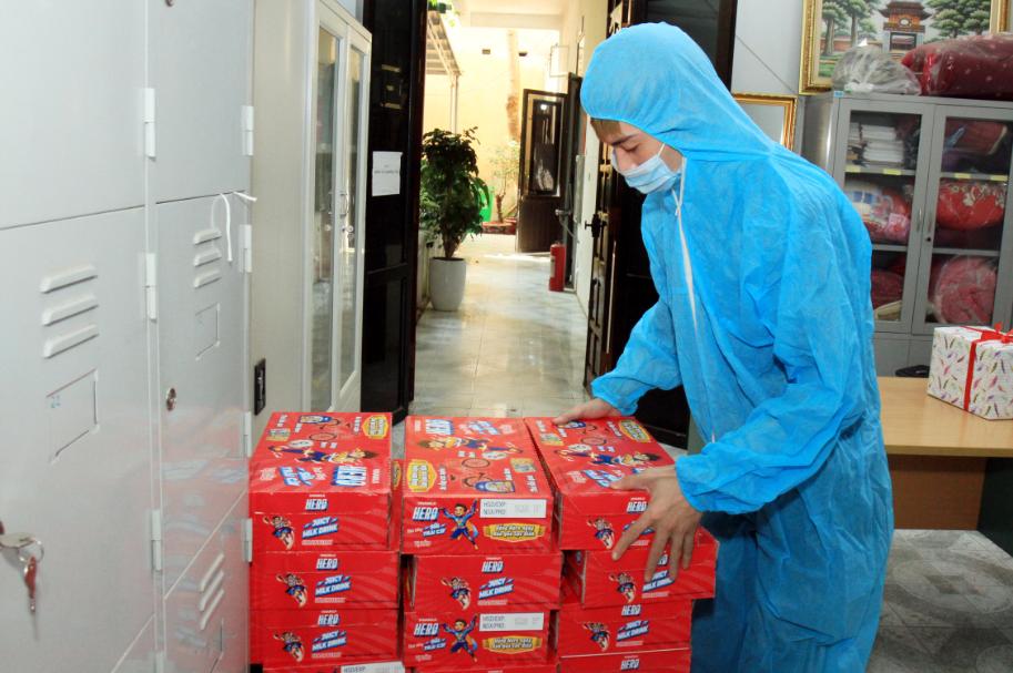 """Vinamilk Hero tặng 3.000 phần sữa và quà 1/6 cho các """"Anh hùng nhí"""" tại nhiều khu cách ly 9"""