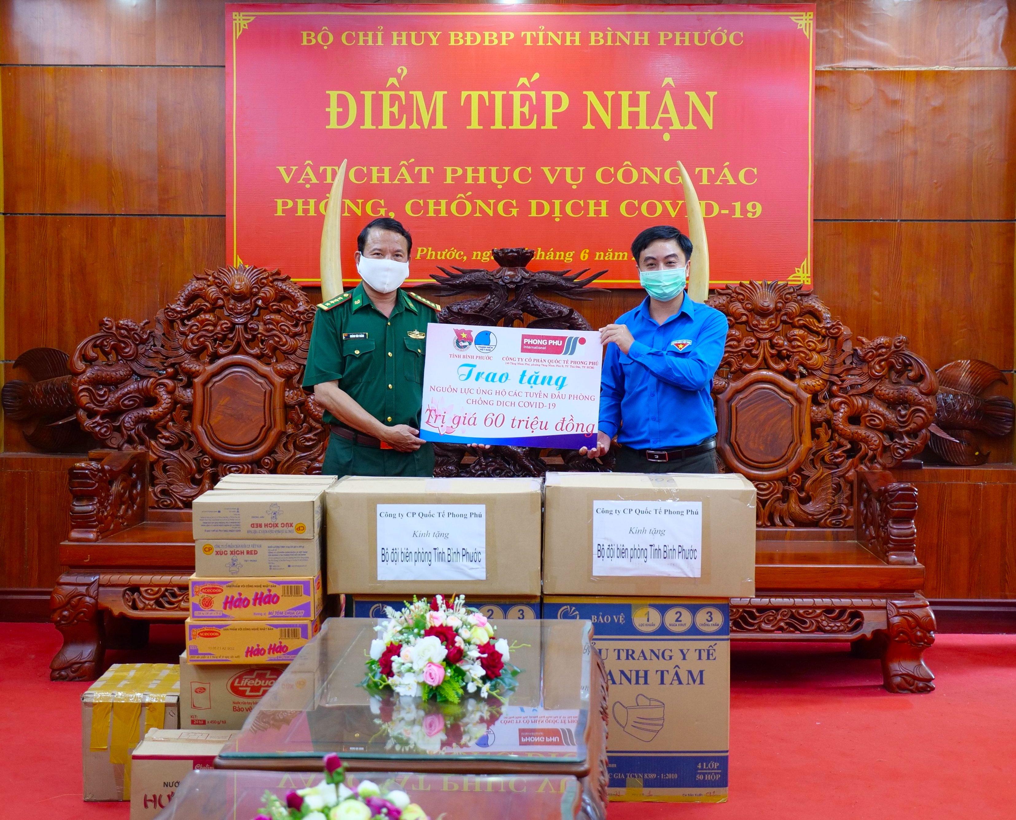 Do diễn biến phức tạp của dịch bệnh, Công ty Cổ phần quốc tế Phong Phú (TP. HCM) đã đề xuất Tỉnh Đoàn Bình Phước thay mặt Công ty, trao những phần quà hỗ trợ cho các lực lượng ở tuyến đầu chống dịch