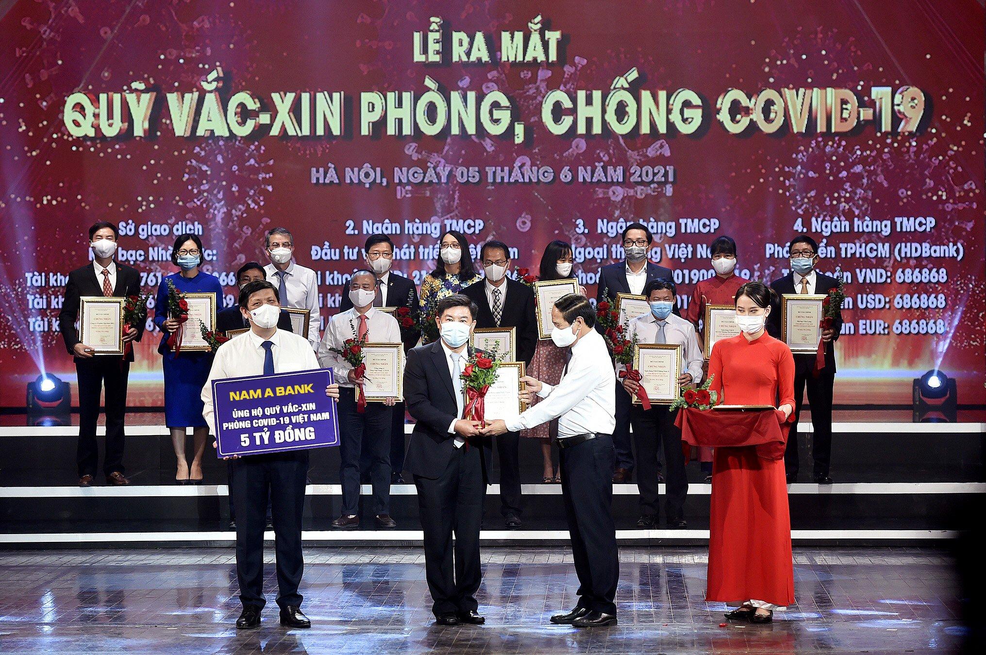 Đại diện Nam A Bank trao tặng 5 tỷ đồng ủng hộ Quỹ Vắc xin phòng, chống Covid-19