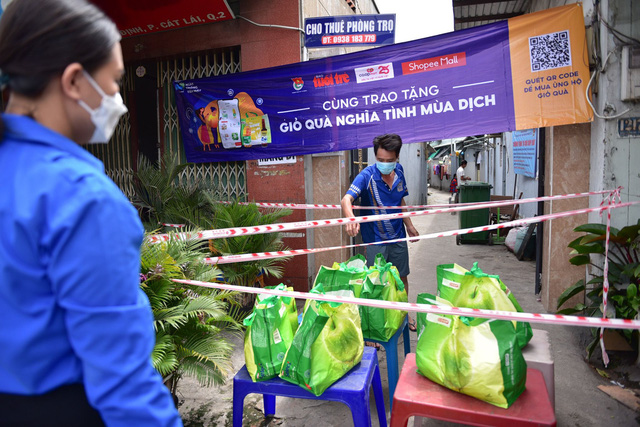 2.000 giỏ quà nghĩa tình đã đến tay những người có hoàn cảnh khó khăn tại TP.HCM 2