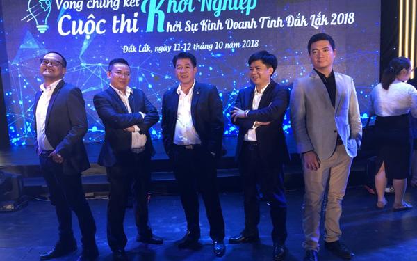 Ông Nguyễn Ngọc Luận (thứ 2 từ trái sang) từng cùng Shark Thủy làm Ban giám khảo Khởi nghiệp, khởi sự kinh doanh tỉnh Đắc Lắc năm 2018.