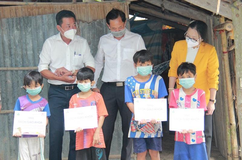 Bà Nguyễn Thị Quyên Thanh, Phó Chủ tịch UBND tỉnh Vĩnh Long (ngoài cùng bên phải) trao tặng sách giáo khoa cho học sinh khó khăn. Ảnh: NTCC