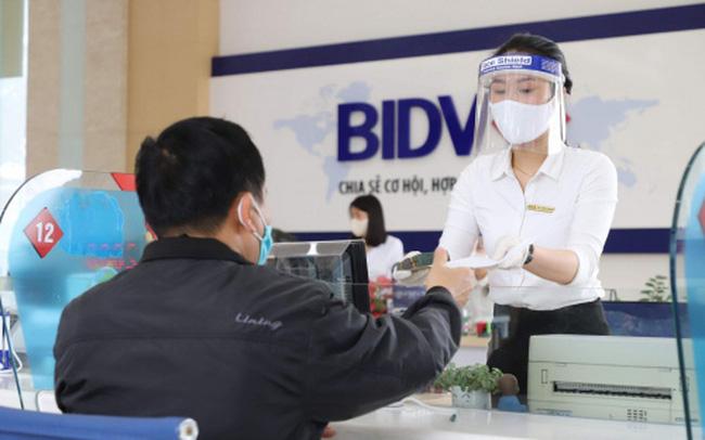 Tại BIDV, biểu lãi suất huy động các kỳ hạn ngắn không thay đổi, còn các kỳ hạn dài từ 12-36 tháng, lãi suất huy động giảm 0,1 điểm %, về 5,5%/năm.