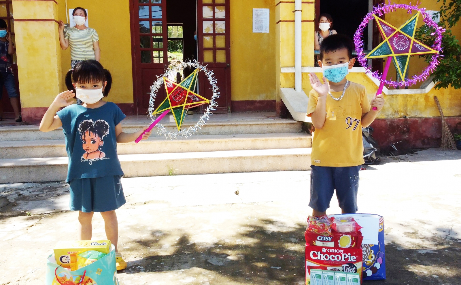 Các em nhỏ vui mừng khi nhận được những món quà vào dịp tết trung thu.
